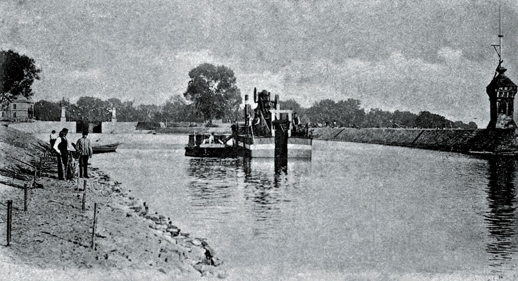 A view of the lock from Wyspiański Shore around 1898.