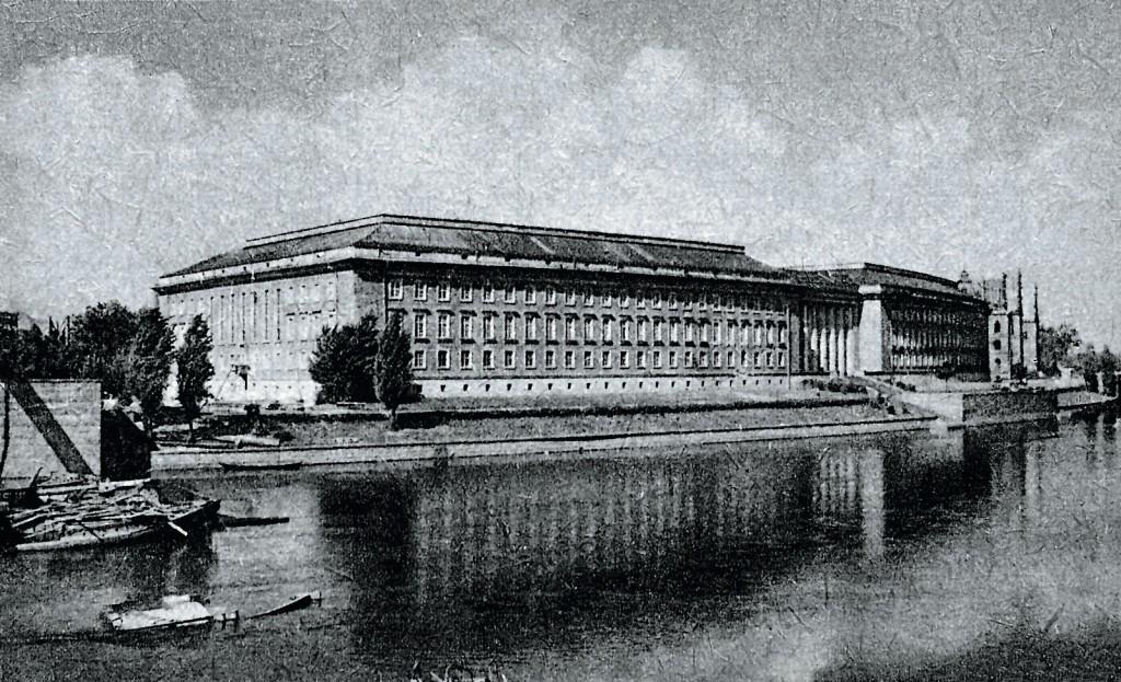 Urząd Wojewódzki stojący przy bulwarze