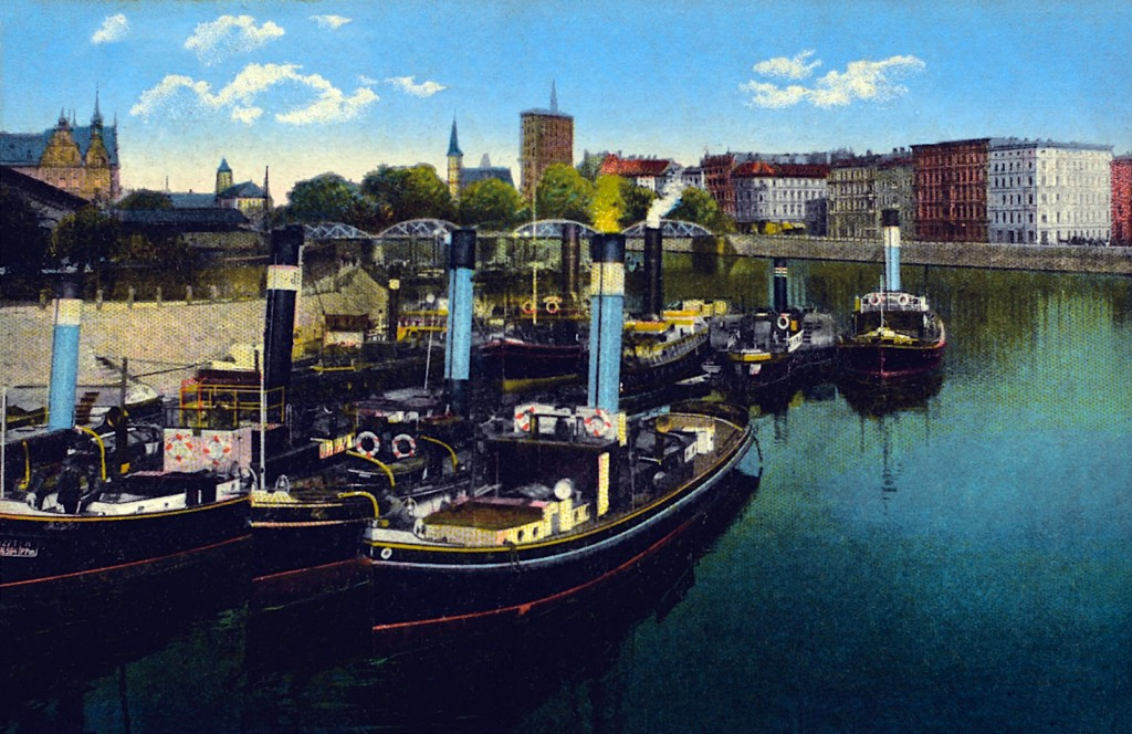 Steamboats moored at the boulevard.