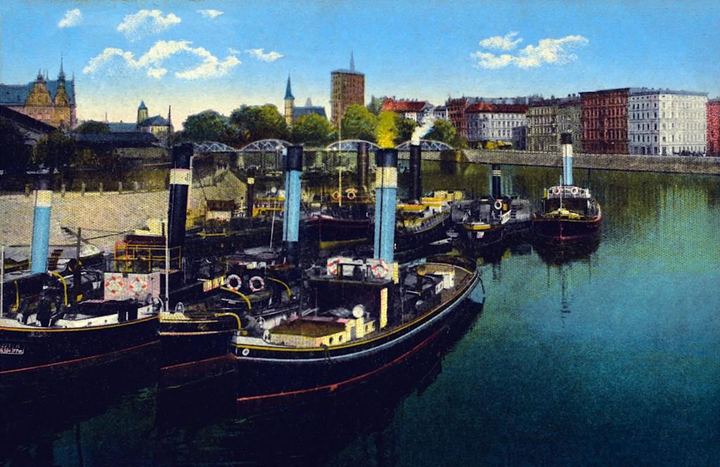 Statki parowe cumujące przy bulwarze