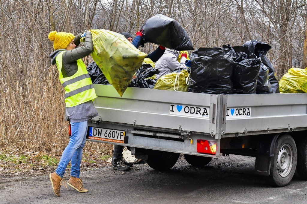 Sprzątanie śmieci na Osobowicach - Fundacja OnWater.pl